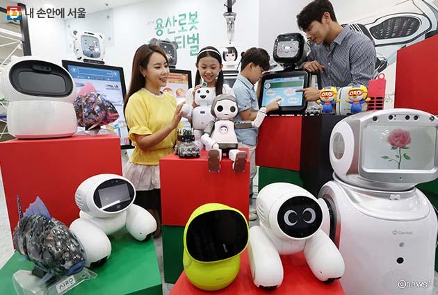 '2018 로봇페스티벌'을 찾은 관람객이 전시중인 다양한 로봇을 살펴보고 있다.
