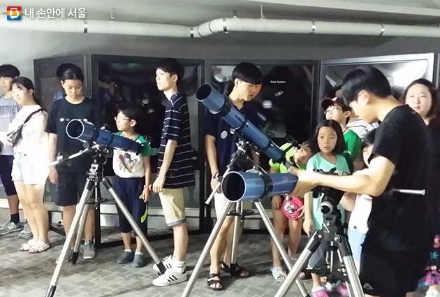 망원경 조작법을 배우는 시민들