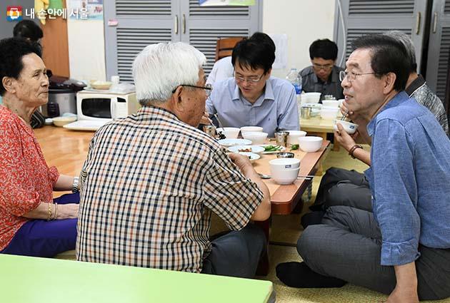 미동경로당에서 어르신들과의 만남
