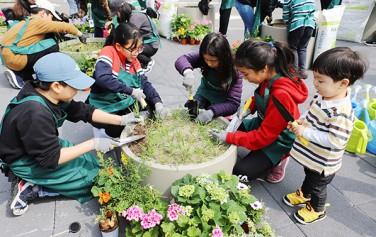 학생들이 서울로학교 가드닝 교실에 참여하고 있다.