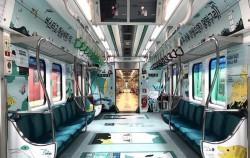대중교통 이용으로 미세먼지를 줄이자는 캠페인으로 꾸며진 지하철내부, 대학생들의 재능기부로 디자인했다