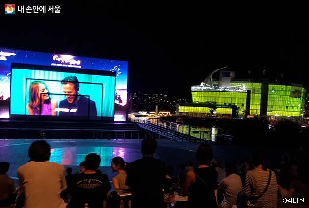 한강 야외에서 별빛을 보며 영화 관람 중인 시민들