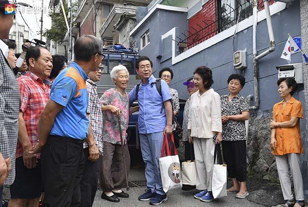 주민들과 인사를 나누며 삼양동을 떠나는 박원순 서울시장 부부