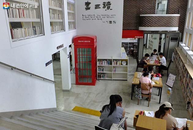 편안한 건축구조가 돋보이는 도서관 1층 로비