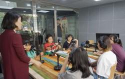 청소년미디어센터 팟캐스트 제작 체험 프로그램을 통해 팟캐스트 제작 장비에 대한 설명을 듣고 있는 청소년들