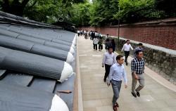 시민들이 지난해 일부 개방된 덕수궁 돌담길을 걷고 있다. 오는 10월엔 나머지 70m 구간이 개방된다.