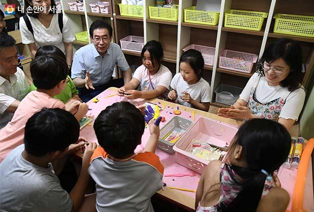 돌봄센터를 찾아 아이들과 대화를 나누는 박원순 시장