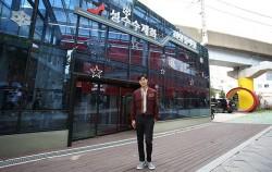 유노윤호가 성수수제화 희망플랫폼 앞에서 기념촬영을 하고 있다.