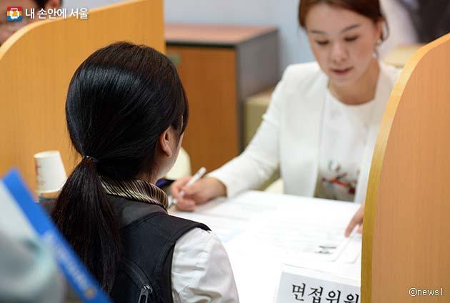 취업박람회에서 면접을 보는 학생