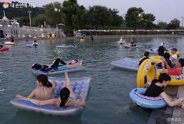 물놀이와 영화감상을 함께 즐기는 '시네마퐁당'