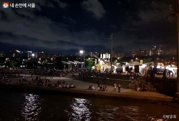 한강변을 따라 펼쳐진 아름다운 반포 밤도깨비야시장 풍경