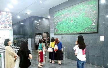김봄의 '남산'을 감상하는 사람들