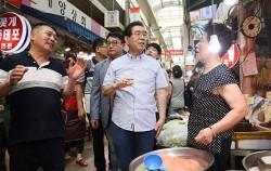 수유시장을 찾아 상인들과 대화를 나누는 박원순 시장