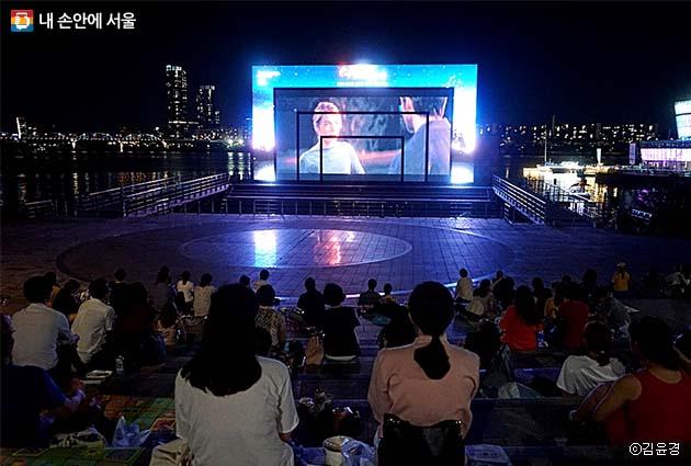 세빛섬 야외 스크린에서 영화 '라라랜드'를 즐겁게 보고 있는 시민들