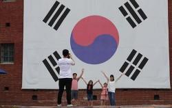 서대문형무소 역사관을 찾은 한 가족이 대형 태극기 앞에서 기념촬영을 하고 있다