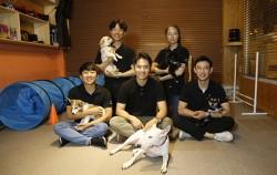 우주, 콩콩, 치로, 요미, 미슈 유기견들과 이들의 훈련을 맡은 훈련사들