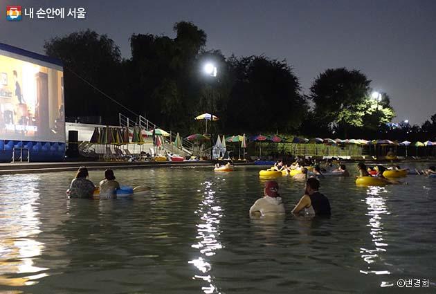 시원한 강바람과 함께 영화감상을 즐기는 '시네마퐁당' 프로그램