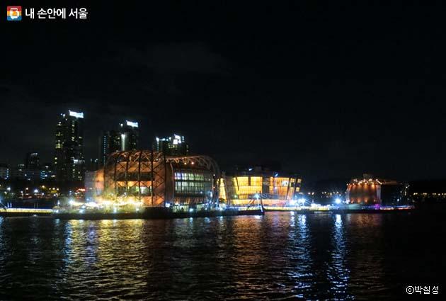 밤이 되어 빛이 들어오면 세빛섬은 더욱 아름답게 변한다