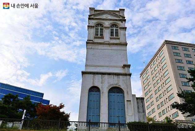 러시아공사관은 한국전쟁 때 소실되고 정동 언덕 위에 하얀 탑만 남아있다