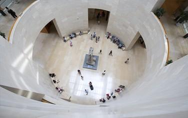 국립중앙박물관 3층에서 로비를 내려다보고 찍었다. 가운데 보이는 탑은 경천사 10층 석탑이다.