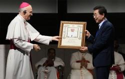 14일 박원순 서울시장이 '천주교 서울 순례길' 교황청 공식 순례지 선포식에서 로마 교황의 축복장을 받고 있다.