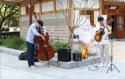 종로홍보관 앞에서 펼쳐진 김정관 트리오 밴드 거리예술 공연