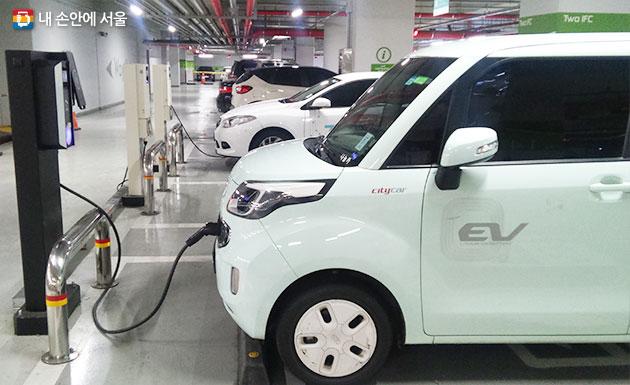 서울시가 2018년도 전기·수소차 1740대를 추가 보급한다. 사진은 충전 중인 전기차 모습.
