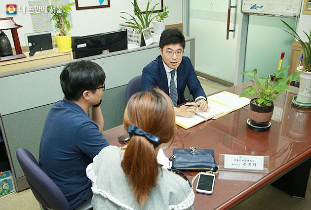 마을변호사에게 상담을 받는 사람들. 서울시는 누구나 법률상담을 받을 수 있는 '마을변호사'를 운영하고 있다.