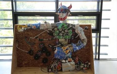 아이들 작품인 마징거 Z 로봇 : 캔,호스,바퀴,연통 등 폐자재가 새활용되어 로봇 흉상으로 변모하였다.