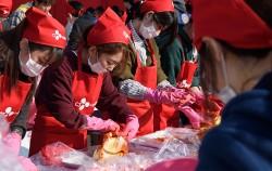 서울김장문화제 참가자들이 서울광장에서 김장나눔 체험을 하고 있다.