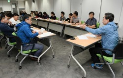 8일 밤, 박원순 시장이 시청에서 메르스 긴급점검회의를 주재하고 있다.