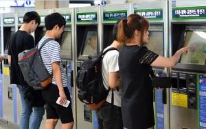 지하철 승차권을 발급받고 있는 시민들