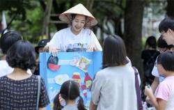 서울 청소년 환경축제에서 참여학생이 관람객들을 상대로 환경캠페인을 하고 있다.