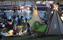 2017 서울 북 페스티벌에서 '북 캠핑'을 하는 시민들
