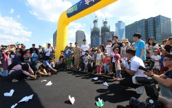 유치부 종이비행기 멀리 날리기 예선전에 참가한 어린이들