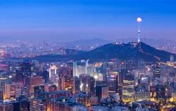 남산타워 위로 보름달이 보이는 서울 야경