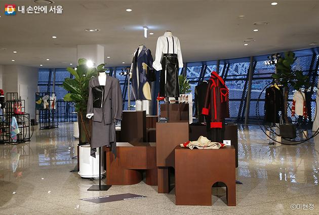동대문 패션타운의 개성만점 제품들을 만날 수 있는 'Design by 동대문' 전시