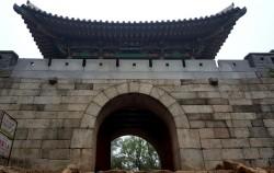 보수를 마친 북한산성 대성문