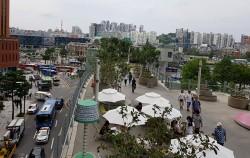 '서울로'를 걷는 시민들의 모습