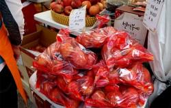 사과가 탐스럽게 팔리고 있다