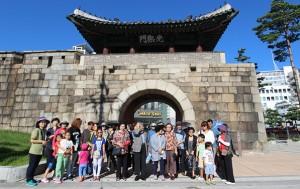 중구 12경 답사 참가자들과 함께 광희문에서 기념촬영