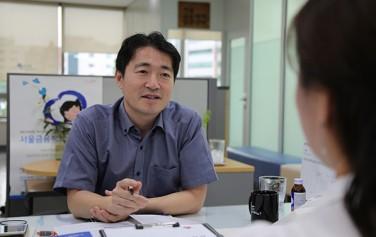 서울금융복지상담센터에서 시민이 재무상담을 받고 있다