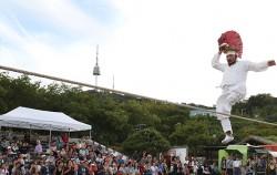 '2018 서울무형문화축제'가 10월 19일~20일 남산골한옥마을과 서울남산국악당에서 열린다. 사진은 줄타기 하는 명인.
