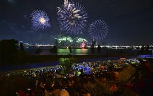 서울세계불꽃축제를 구경하는 시민들