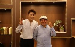 배우 손호준과 전태수 명장이 함께 기념촬영을 하는 모습