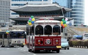 서울 주요 관광지를 둘러볼 수 있는 시티투어버스 중 트롤리버스