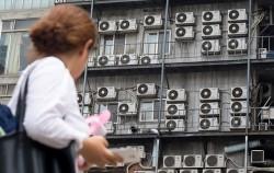 2019년 1월 1일부터 신축건물의 에어컨실외기는 건물 내부나 옥상에 설치해야 한다. 사진은 서울시내 한 건물 외벽에 설치된 에어컨 실외기.