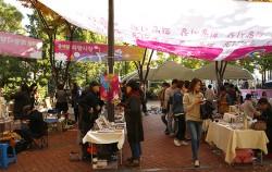 홍익문화공원에선 토요일마다 '홍대앞 예술시장 프리마켓'이, 일요일마다 '홍대앞 희망시장'이 열린다
