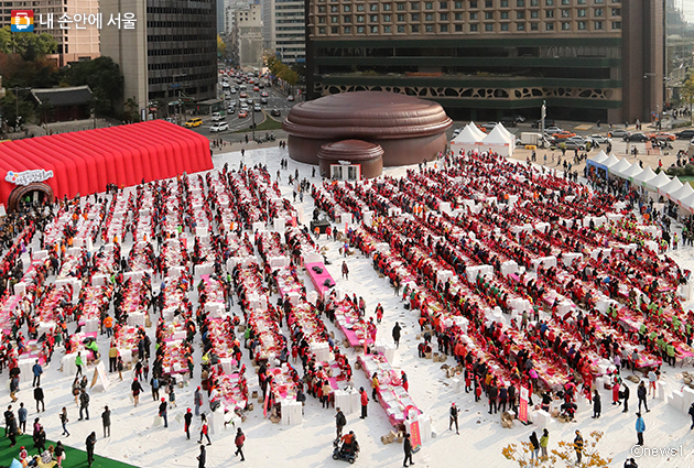 `제 5회 서울김장문화제`가 서울광장과 무교로 일대에서 개최된다. 사진은 2017년 서울광장 행사.