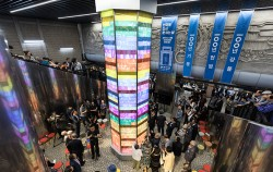 지난 9월 18일, 안국역에서 열린 '안국역 다시 문 여는 날' 행사에서 참석자들이 '100년 기둥' 제막을 하고 있다.